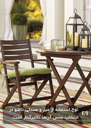 تصویر یک میز گرد و صندلی تاشوی چوبی با پارچه سبز به همراه اکسسوری برای روی آن