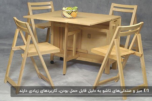 تصویری از یک میز با چهار صنلی چوبی تاشو در یک اتاق طوسی