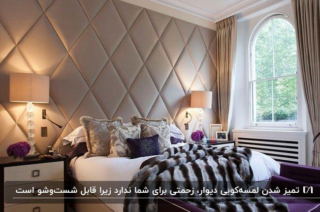 دکوراسیون اتاق خوابی با پرده، تخت و کوسن های کرم، دو آباژور و دیوار لمسه کوبی