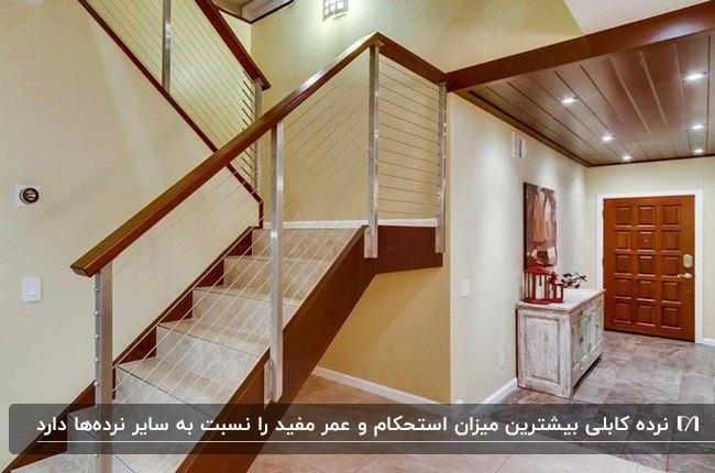 یک راه پله سفید با فریم چوبی و نرده های کابلی استیل
