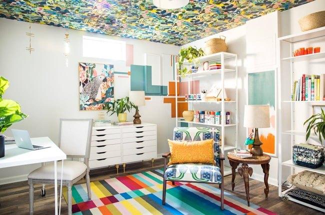 اتاق کار بزرگی به رنگ سفید به عنوان رنگ اصلی و اکسسوری ها و لوازم رنگی و کاغذدیواری رنگی برای سقف