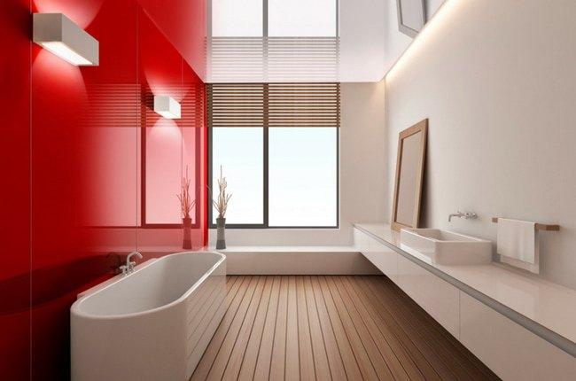 سرویس بهداشتی سفیدی با کفپوش چوبی و دیوارپوش براق قرمز رنگ برای یک دیوار
