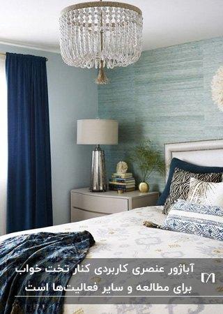 اتاق خوابی سفید و آبی و سرمه ای رنگی با آباژور استیل با شید سفید کنار تخت خواب