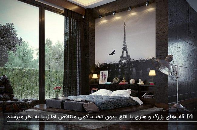 اتاق خواب لوکسی به رنگ مشکی با یک تابلوی نقاشی برج ایفل بالای تخت کم ارتفاع کنار شیشه