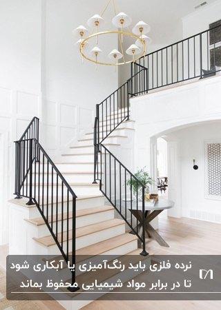 راه پله منحنی ای با پله های چوبی و نرده های فلزی مشکی