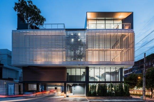 تصویر نمای شیشه ای مدرن یک ساختمان اداری چند طبقه