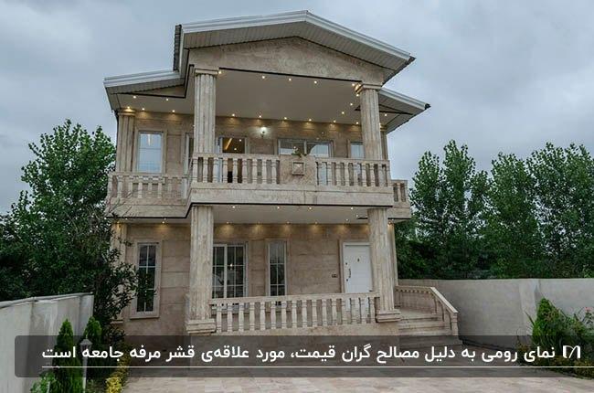 نمای رومی یک ساختمان دو طبقه ایرانی با نورپردازی و محوطه سازی حیاط