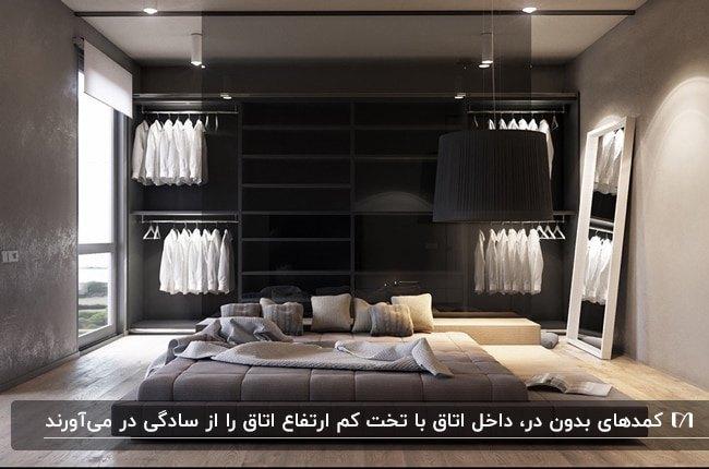 اتاق خواب بدون تخت بزرگی با یک تشک کم ارتفاع برای خواب و کمد لباس بدون در