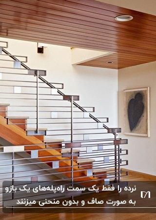 راه پله یک بازوی چوبی به همراه نرده هایی با طراحی متفاوت فلزی