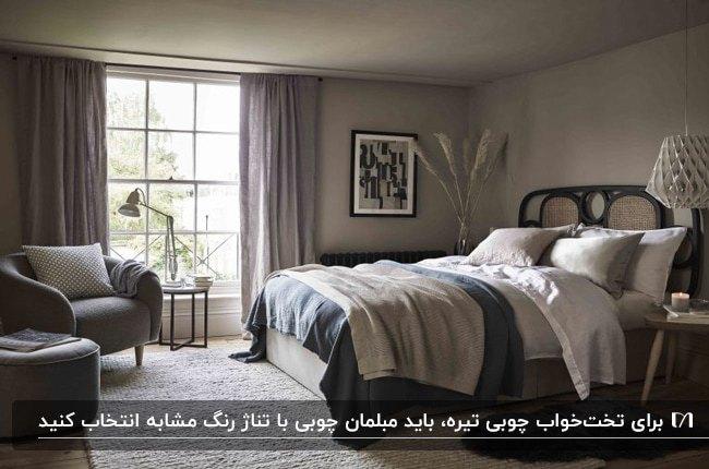 دکوراسیون زیبای اتاق خوابی با تخت قهوه ای، روتختی طوسی و کرم و مبل طوسی