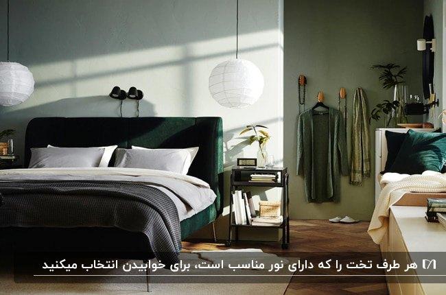 دکوراسیون اتاق خوابی با تخت سبز تیره، دو چراغ آویز گرد اطراف تخت و آویز لباس