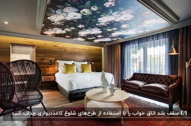 اتاق خواب چوبی بزرگی با سقف بلند و کاغذدیواری سرمه ای با گلهای سفید روی سقف