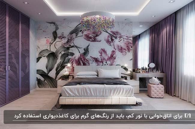 اتاق خواب بزرگی با تم رنگی بنفش و کاغذدیواری گلدار سبز و بنفش