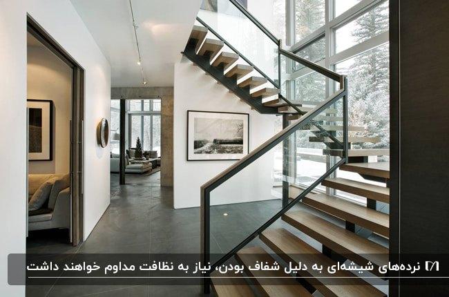 خانه دوبلکس بزرگی با راه پله تک بازوی چوبی و فلزی با نرده شیشه ای