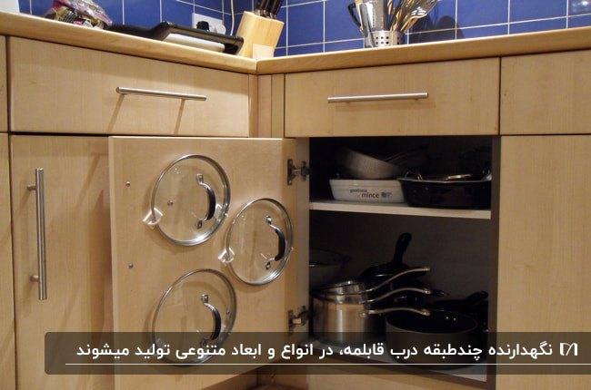 تصویر آشپزخانه ای با کابینت های چوبی و اکسسوری نگهدارنده درب قابلمه روی درب های کابینت
