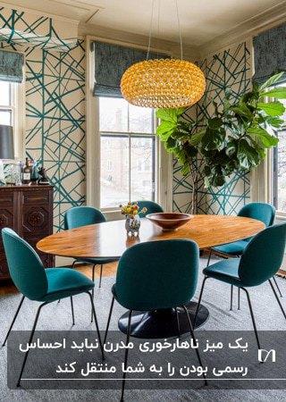 اتاق غذاخوری با کاغذدیواری طرحدار، میز چوبی بیضی و صندلی های سبز تیره