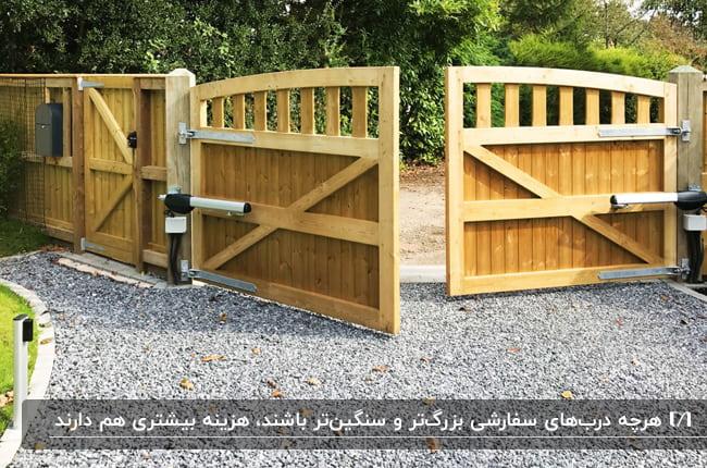 تصویر دروارزه دو لنگه اتوماتیک چوبی برای ورودی باغ