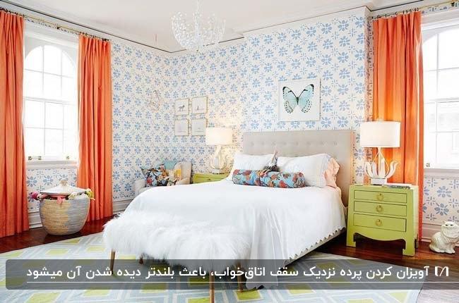 اتاق خوابی با کاغذدیواری طرحدار سفید و آبی و پرده های نارنجی تمام قد