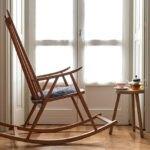 صنندلی راک در اتاق پشت پنجره ای پر نور و زیبا