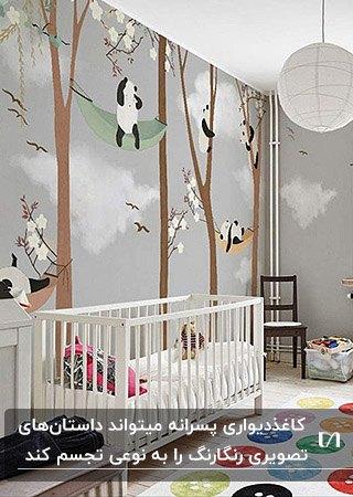 تصویر اتاق خواب کودکی با کاغذدیواری طوسی با طرح پانداهای روی درخت