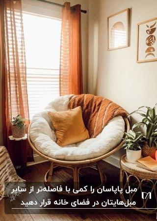 پاپاسان چوبی با کوسن و شال مبل آجری در اتاقی به سبک بوهو