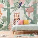 اتاق خواب کودکی با کفپوش چوبی، تخت چوبی و کاغذدیواری با طرح های کارتونی سبز و نارنجی و قهوه ای
