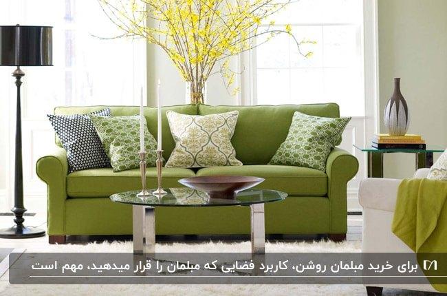 تصویر نشیمنی با مبلمان سبز روشن و کوسن های سفید و سبز با گلدان گل زرد