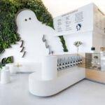 طراحی داخلی یک کافی شاپ مدرن با طراحی متفاوت روی دیوار سبز