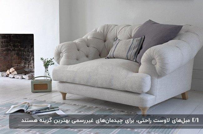 مبل لاوست راحتی طوسی رنگ در نشیمنی مدرن کنار شومینه