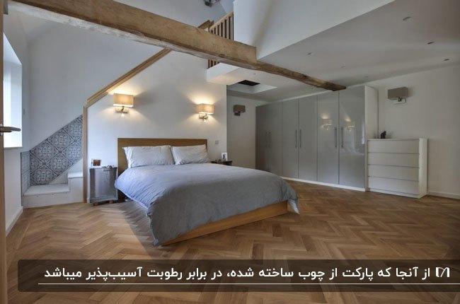 اتاق خوابی با کفپوش پارکت، تخت چوبی با روتختی طوسی و تیرهای چوبی در سقف