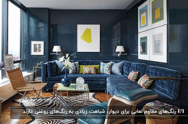 نشیمنی با دیوارهای رنگ آمیزی شده آبی با رنگ لعابی و مبلمان مخمل آبی ال شکل