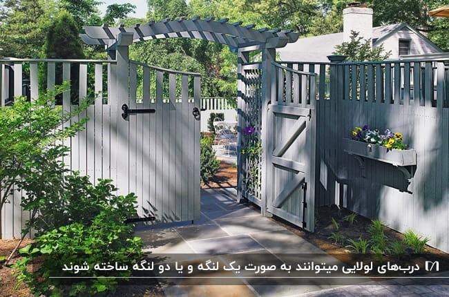تصویر حیاط خانه ای با درب ورودی لولایی دو لنگه طوسی رنگ