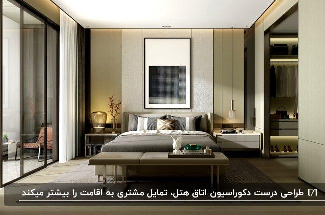 طراحی دکوراسیون داخلی اتاق هتل با تخت دو نفره، درب شیشه ای بالکن، کمد لباس، آباژور و تابلوی نقاشی