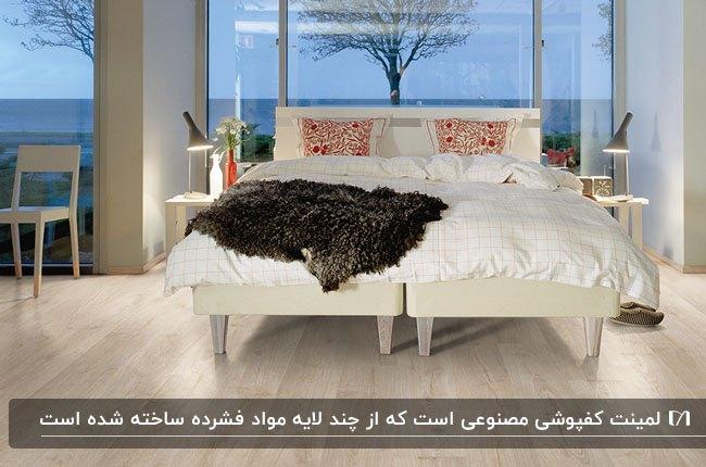 اتاق خوابی با تخت دو نفره سفید مقابل دیوار شیشه ای و کفپوش لمینت