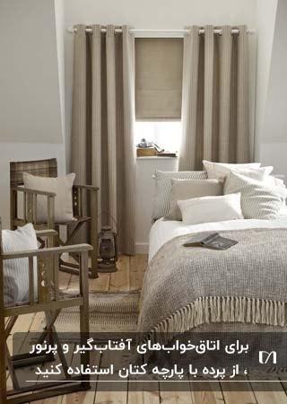 اتاق خوابی به رنگ کرم و قهوه ای و سفید با پرده های کرم رنگ از جنس لینن