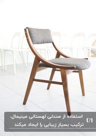 طراحی یک صندلی لهستانی مینیمال با چوب قهوه ای و پارچه خاکستری