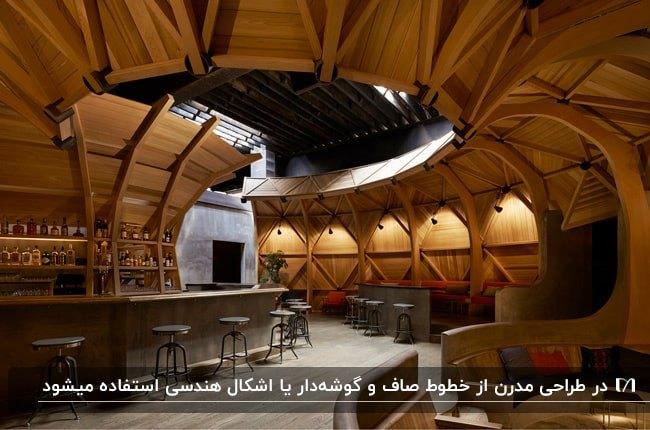 رستوران مدرنی با دیوارپوش و سقف چوبی با چهارپایه های فلزی گرد