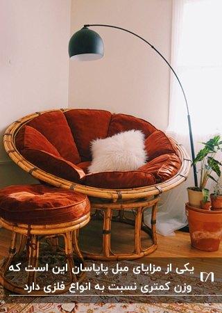 مبل پاپاسان و پاف ست چوبی با پارچه آجری مخمل کنار آباژور پایه بلند