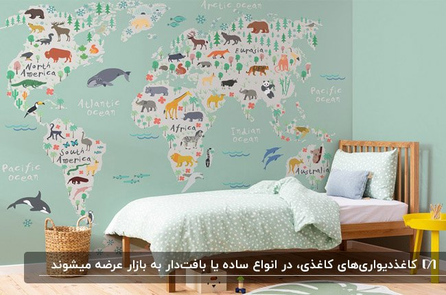اتاق خواب کودکانه با تخت چوبی و کاغذدیواری کاغذی سبز رنگ با طرح نقشه