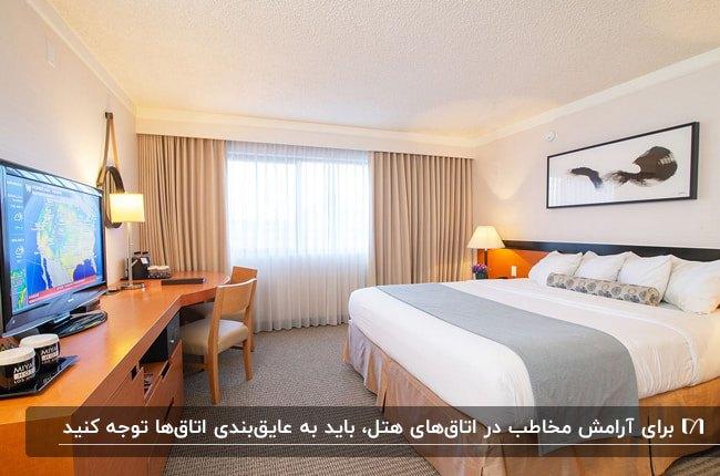طراحی دکوراسیون داخلی اتاق خواب هتل با تخت و میز چوبی، تلویزیون، میز کار و چراغ های روشنایی