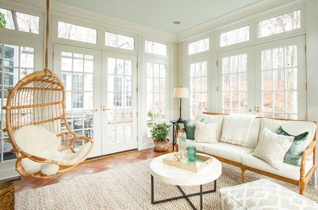 تصویر اتاقی با صندلی ریلکسی چوبی بدون پایه با تشکچه سفید