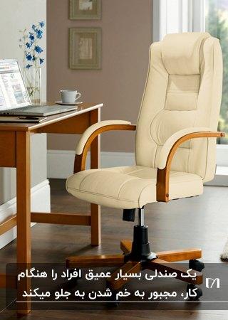 تصویر یک میز کار چوبی با صندلی اداری چرخدار چوبی و چرمی به رنگ کرم