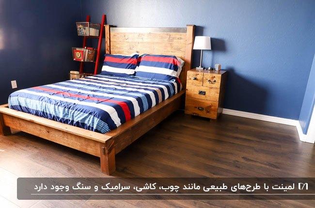اتاق خوابی با تخت چوبی، رو تختی راه راه قرمز، سفید و آبی با کفپوش لمینت تیره