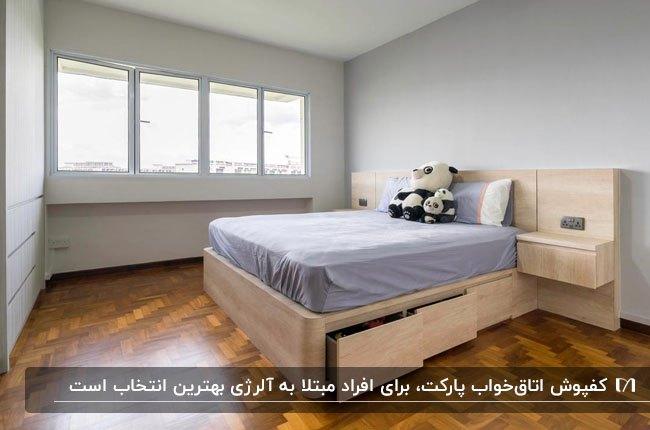 اتاق خوابی با تخت خواب چوبی روشن مقابل دیوار طوسی روشن به همراه کفپوش پارکت
