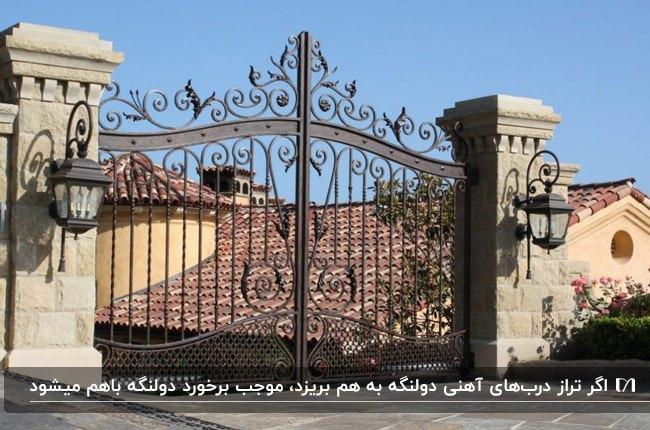 تصویر یک درب ورودی لنگه از جنس آهن به رنگ مسی