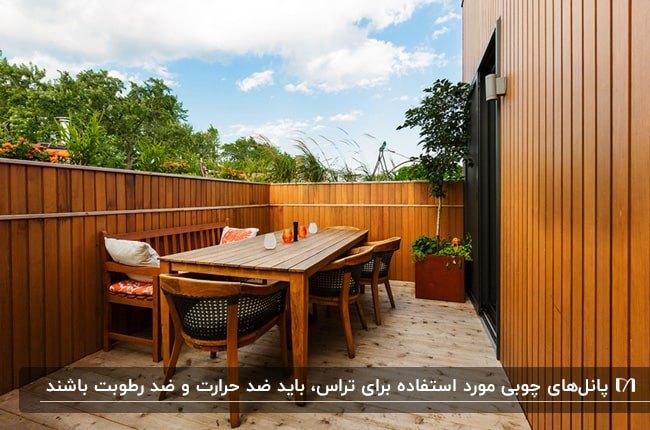 تراس باریک مستطیل شکل با دیوارهای چوبی و میز و صندلی های چوبی