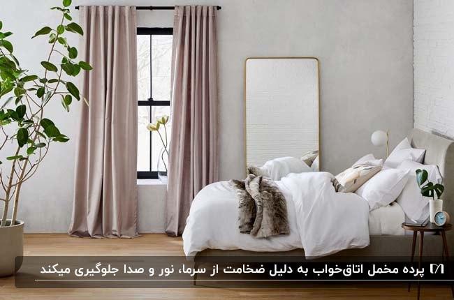 اتاق خواب مدرنی با با تخت خواب، آینه قدی، گلدان گل و پرده های مخمل کرم رنگ