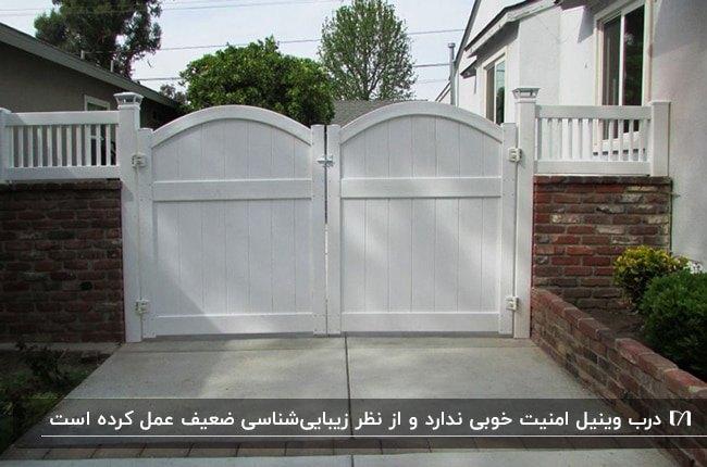 تصویر درب دو لنگه ورودی حیاط سفید از جنس وینیل