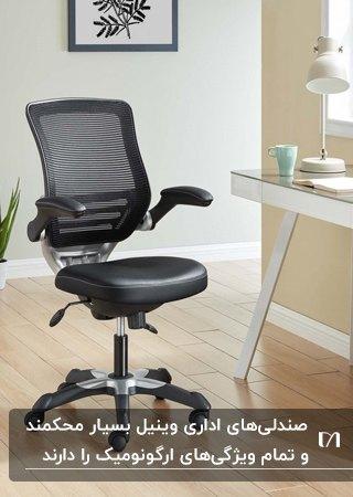 تصویر یک صندلی اداری چرخدار از جنس وینیل به رنگ مشکی