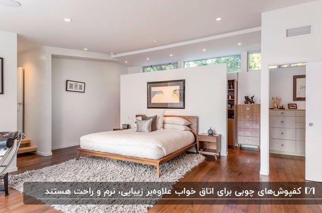اتاق خوابی با کفپوش چوبی، تخت دو نفره چوبی و یک فرش پرزدار طوسی روشن